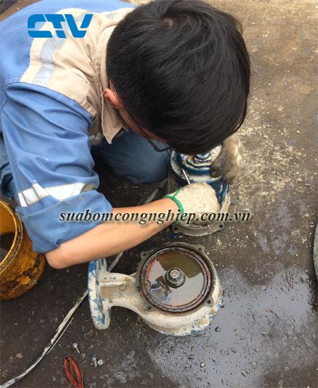 Sửa bơm công nghiệp bị cong trục động cơ